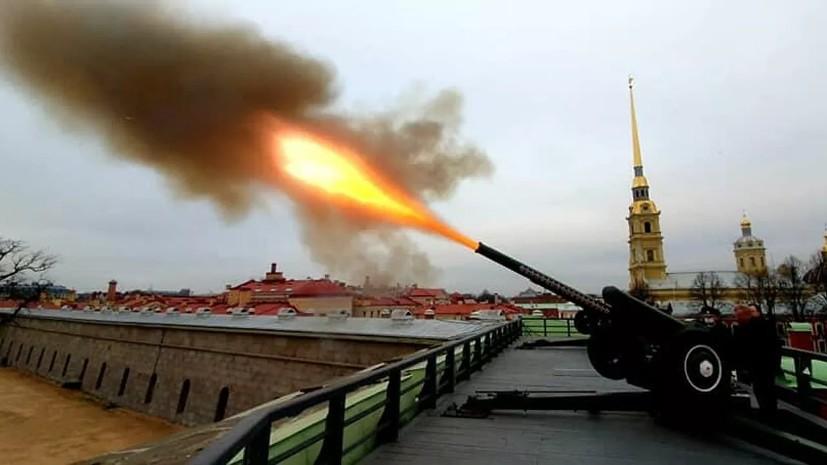 В Петербурге с Нарышкина бастиона дан залп в честь 350-летия со дня рождения Петра I