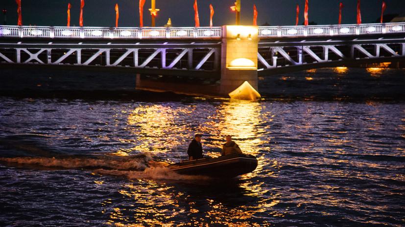 Дворцовый мост в Петербурге украсили праздничной иллюминацией в честь Всемирного дня туризма