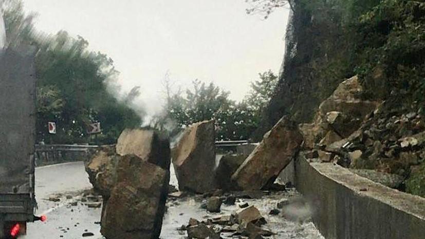 Камнепад произошёл на федеральной трассе в Сочи