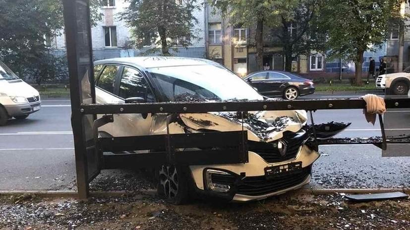 В Калининграде внедорожник въехал в автобусную остановку