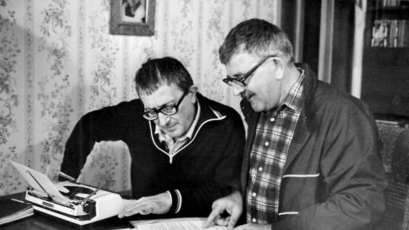 Власти Петербурга прокомментировали ситуацию с мемориальной доской Борису Стругацкому