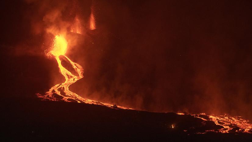 Лава от извергающегося вулкана на острове Пальма достигла океана