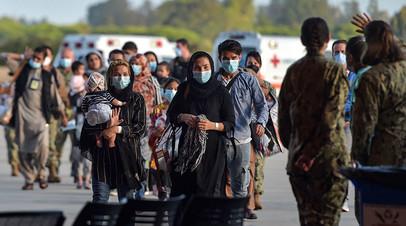 Эвакуированные из Афганистана беженцы на военной базе в Испании