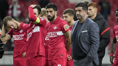 Футболисты и главный тренер «Спартака» после поражения от «Легии» в Лиге Европы