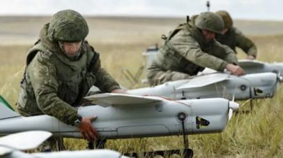 Российские военнослужащие подготавливают к запуску БПЛА