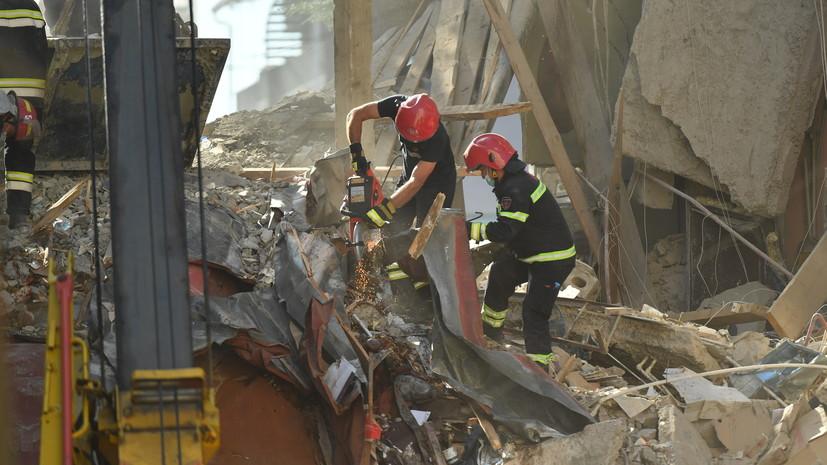 Жители Батуми принесли еду для спасателей, работающих на месте обрушения дома