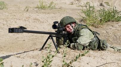 Российский военнослужащий с крупнокалиберной снайперской винтовкой