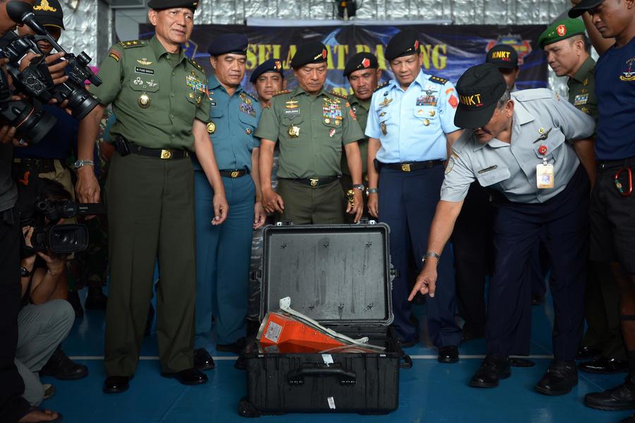 СМИ: Индонезийские спасатели подняли на поверхность второй самописец разбившегося самолёта AirAsia