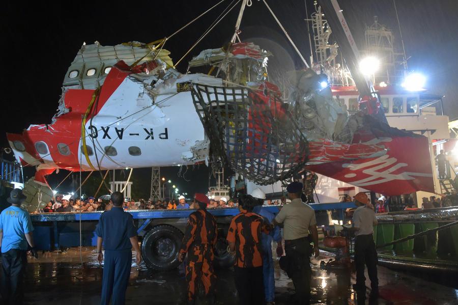 Индонезийские спасатели подняли на поверхность чёрный ящик разбившегося авиалайнера AirAsia
