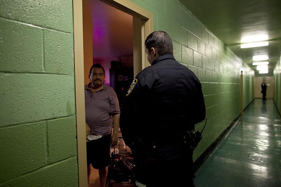 Нью-йоркские полицейские будут заглядывать прохожим под одежду