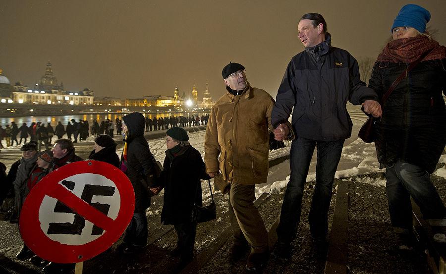 Более 10 тыс. жителей Дрездена заблокировали марш нацистов в центре города