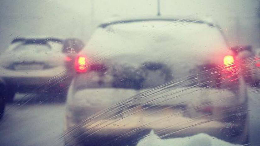 Предновогодняя метель парализовала движение на столичных дорогах