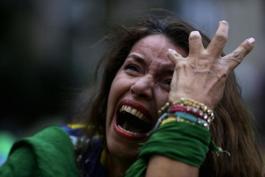 Бразильские футбольные болельщики не могли сдержать слёз во время матча с Германией