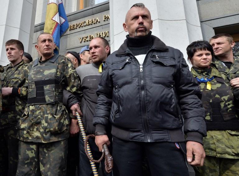 Протестующие в Киеве загоняют депутатов Верховной рады обратно в здание