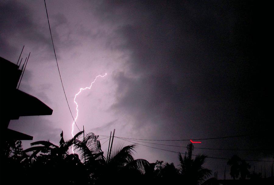 На востоке Индии молнии убили 32 человека, среди погибших есть дети