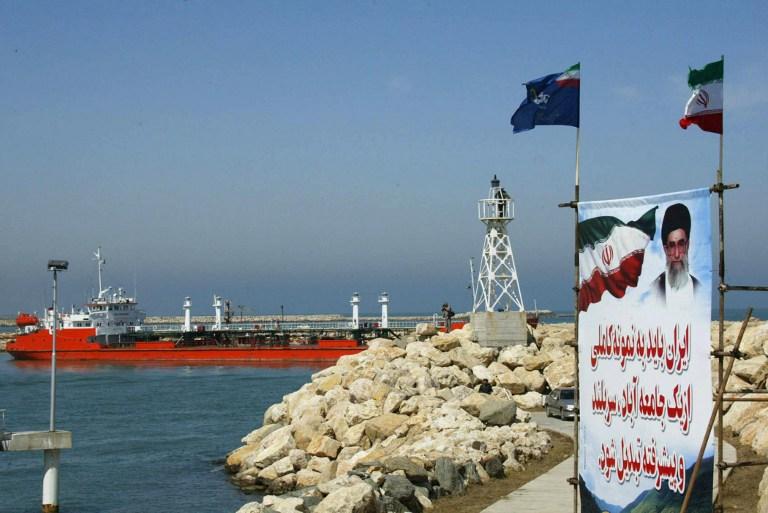 Доходы Ирана от продажи нефти из-за санкций сократились на 50%