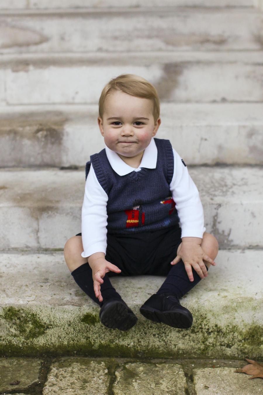 Его королевское милейшество: Принц Уильям и Кейт Миддлтон опубликовали рождественские фото сына