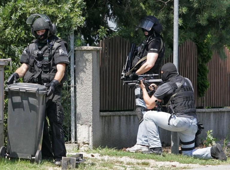Австрийский браконьер расстрелял полицейских и взял заложника