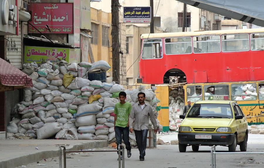 Сирийцы в пригороде Дамаска третий месяц живут без еды под постоянными обстрелами