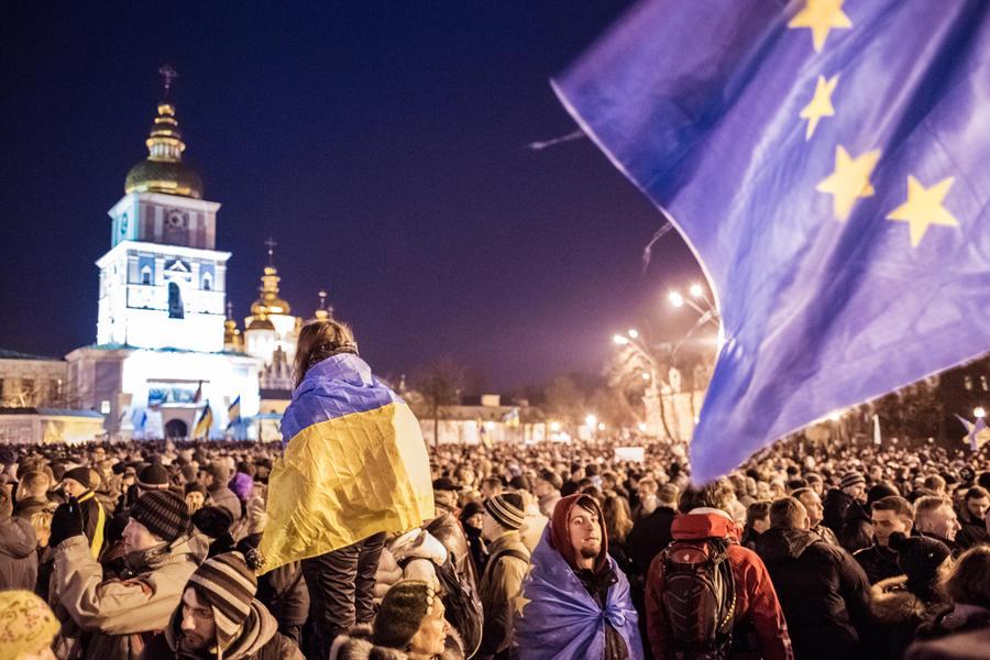 У стен Михайловского собора в Киеве собрались около тысячи сторонников евроинтеграции