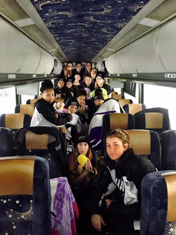 В США снежный шторм сутки «держал в заложниках» женскую баскетбольную команду