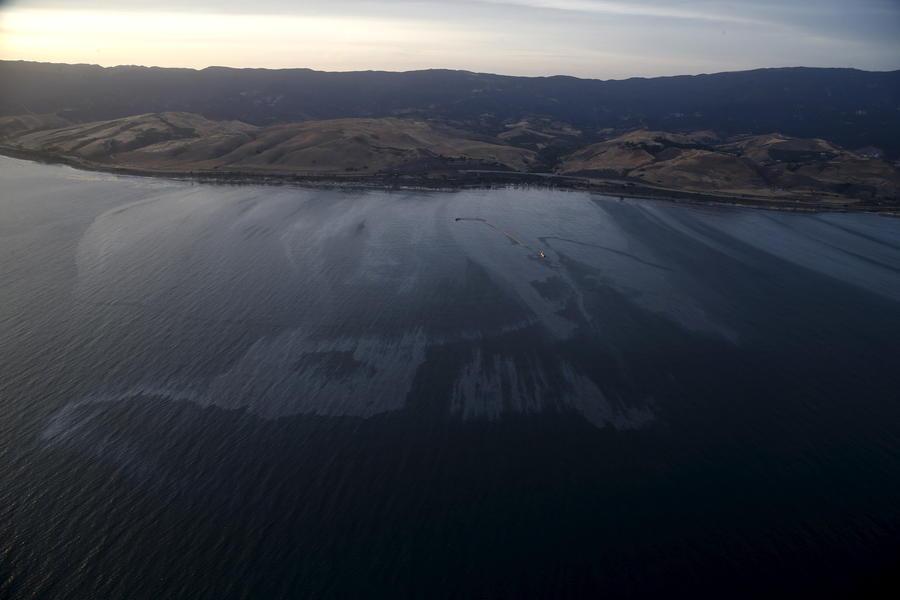 Около 80 тыс. литров нефти вылилось в океан у калифорнийского города Санта-Барбара