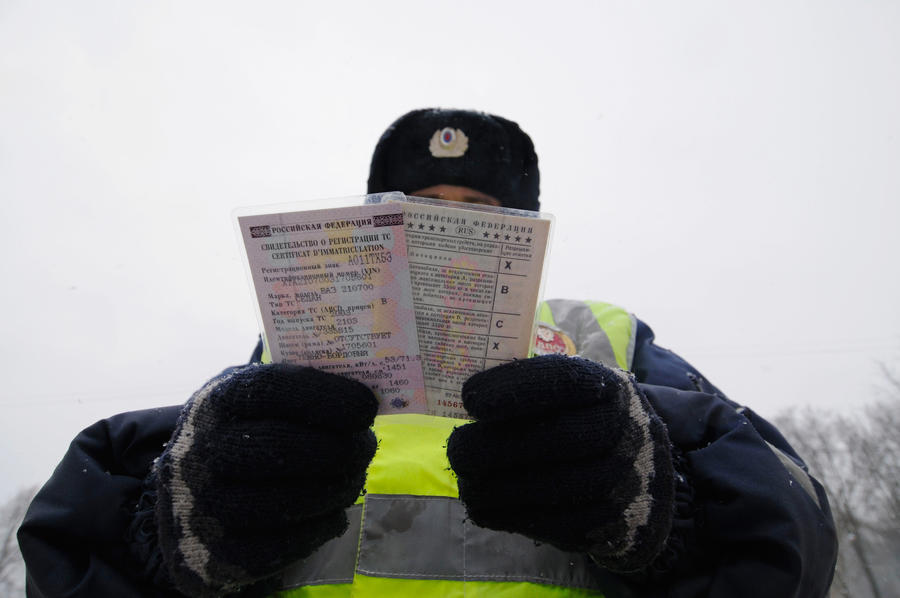 СК: сотрудники ГИБДД выдавали гражданам права без экзаменов