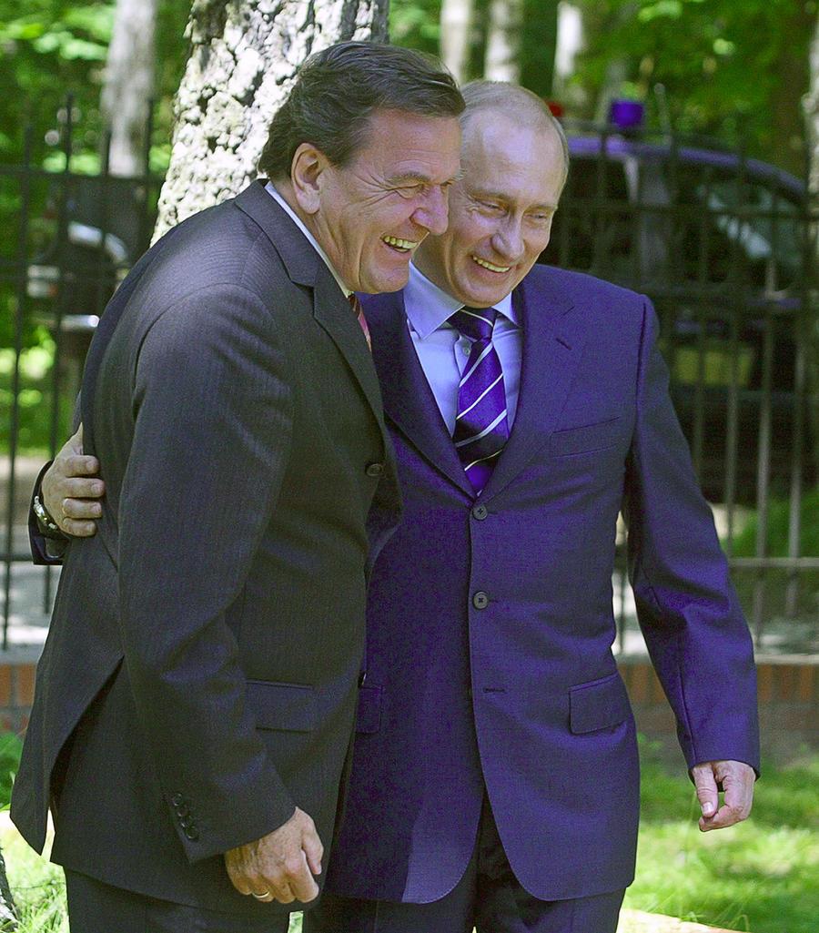Герхарду Шрёдеру досталось на родине за объятия с Владимиром Путиным