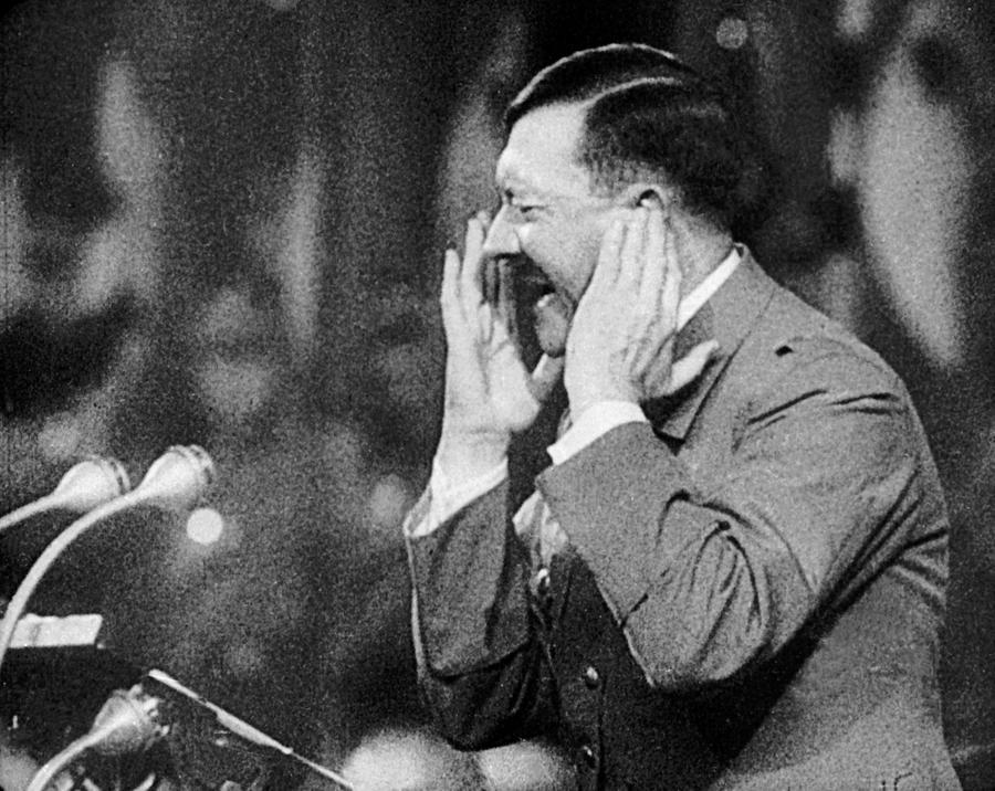 От саудовского телеканала требуют снять с эфира рекламный ролик с Гитлером в главной роли