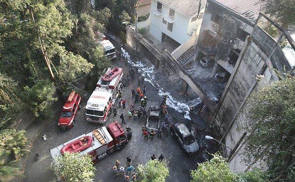 Частный самолёт упал на жилые дома в Бразилии, семь человек погибли