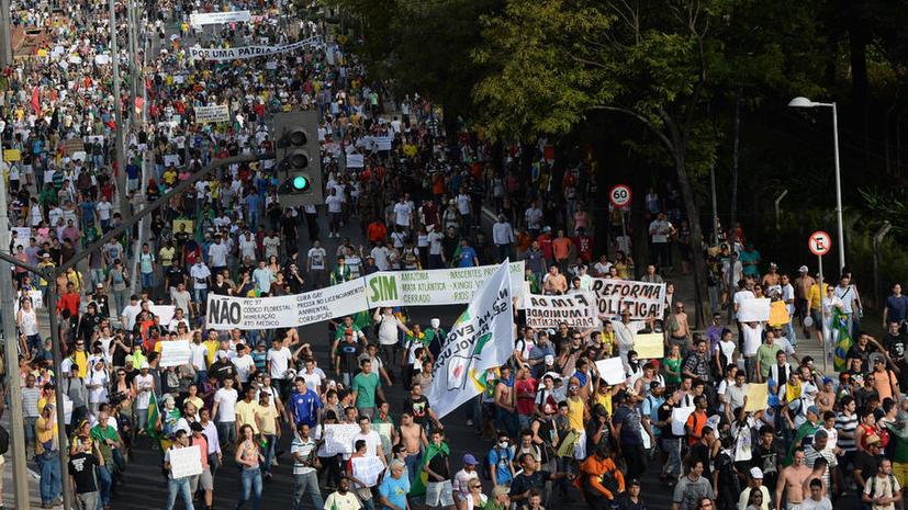 В бразильском городе Белу-Оризонти прошли многотысячные столкновения с полицией; есть пострадавшие