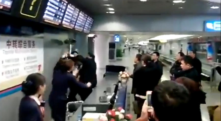 Менеджер китайской авиакомпании напал на пассажиров