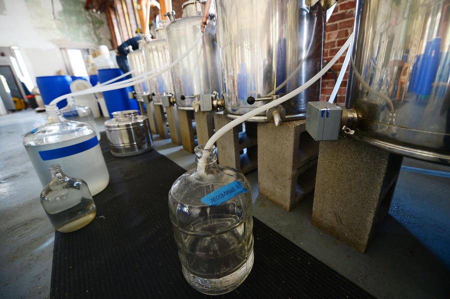 Чешские полицейские нашли в подземельях Моравии 1 млн литров спирта