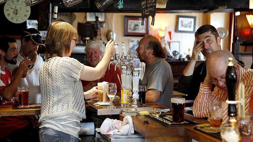 Посетителей британских пабов вместо пива начали поить водой