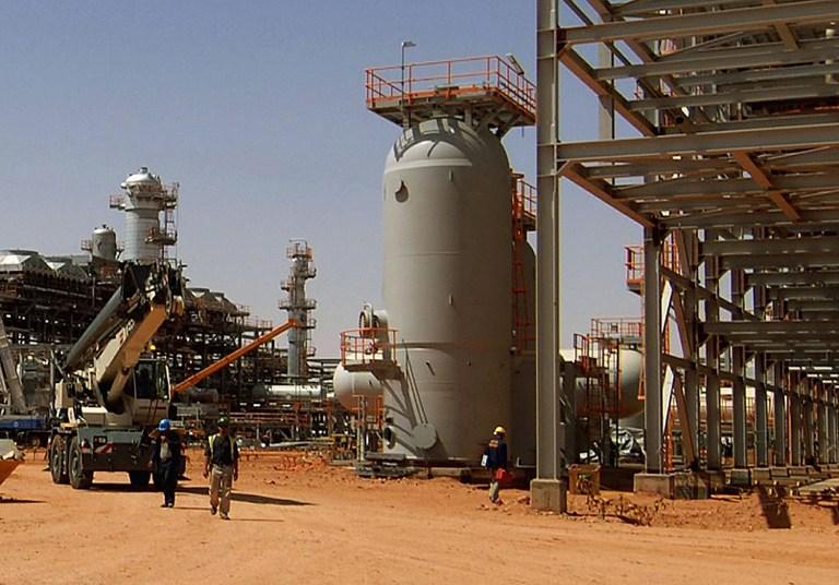 Алжирские вертолеты бомбят газовый объект с террористами