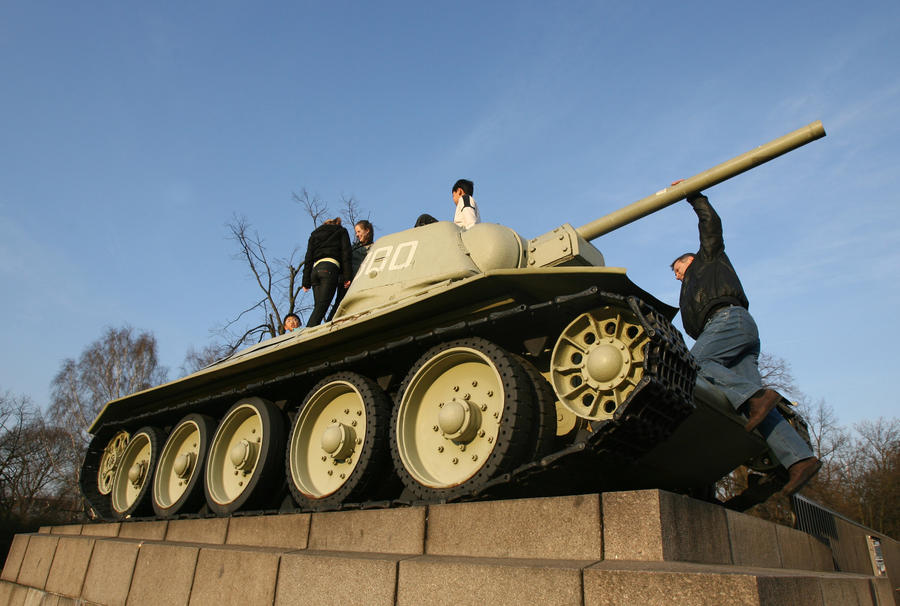 Правительство Германии не будет убирать танки Т-34 с Мемориала в Берлине