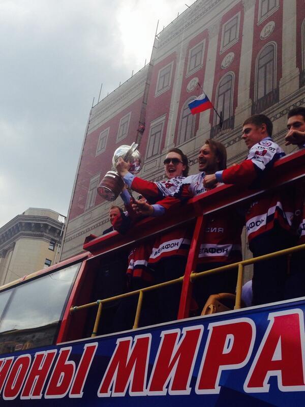 Хоккеисты сборной России провезли чемпионский кубок по центру Москвы