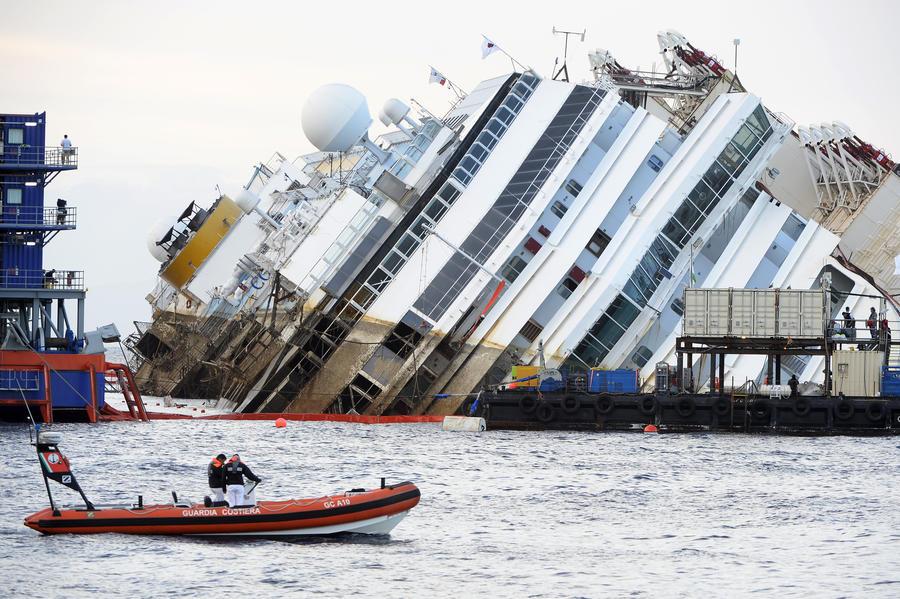 У берегов Италии проходит операция по подъёму затонувшего лайнера Costa Concordia