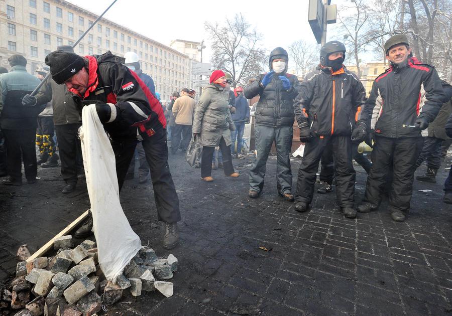 В Черновцах протестующие начали штурм здания госадминистрации