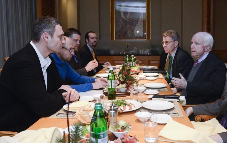Сенатор Джон Маккейн встретился с лидерами украинской оппозиции