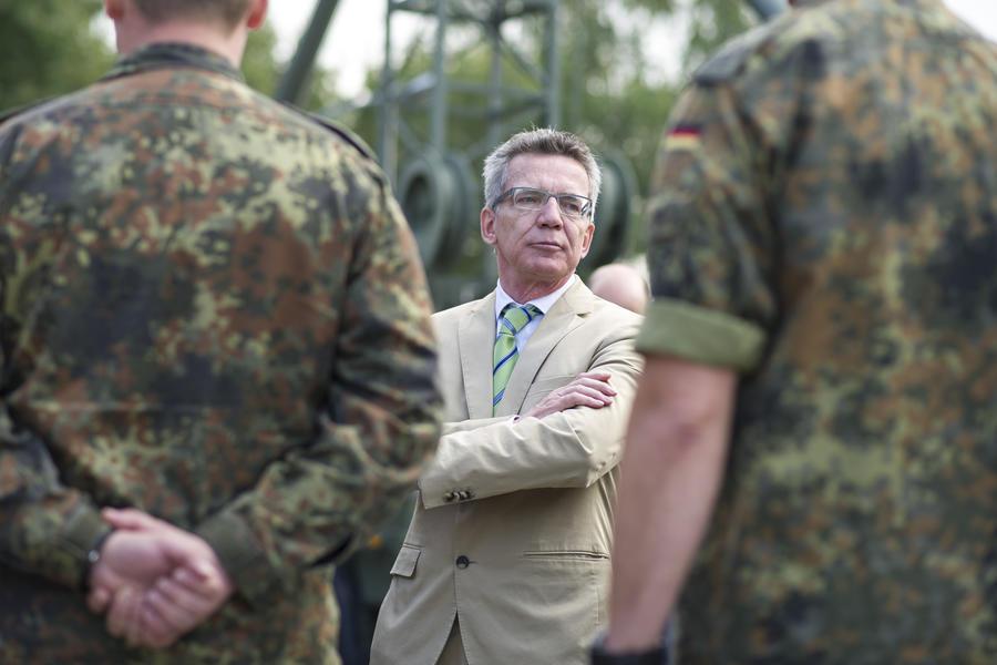 Министр обороны Германии намерен привлечь в ряды вооружённых сил десять тысяч женщин