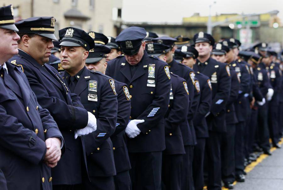 Тысячи полицейских Нью-Йорка повернулись спиной к мэру города на похоронах коллеги