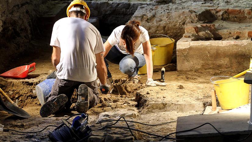 Британские археологи раскопали римский театр под древним холмом