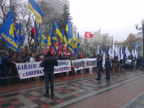 «Яценюк, иди прочь!»: митинг за отставку кабмина проходит у Верховной рады Украины