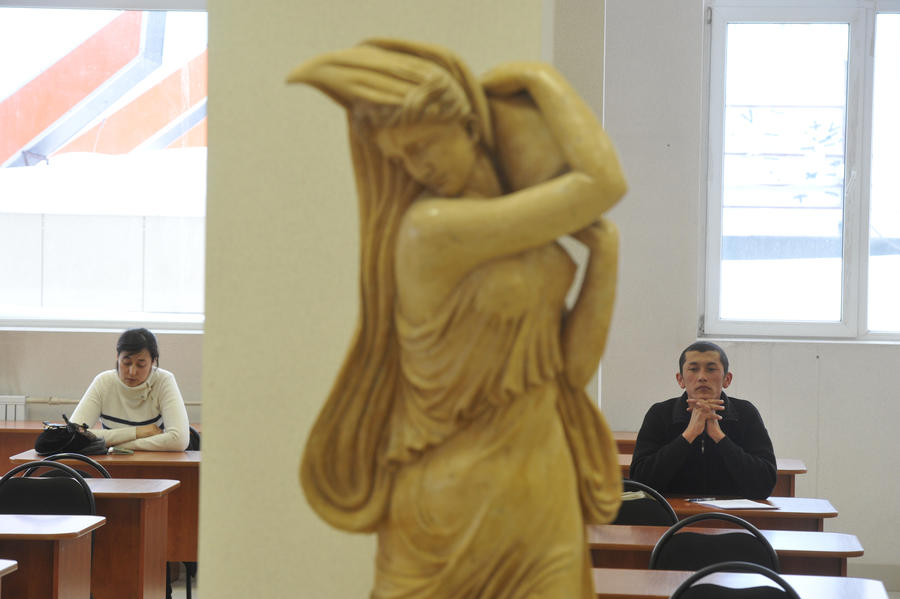 Роскомнадзор опроверг информацию о намерении «спрятать» картины и статуи от детей