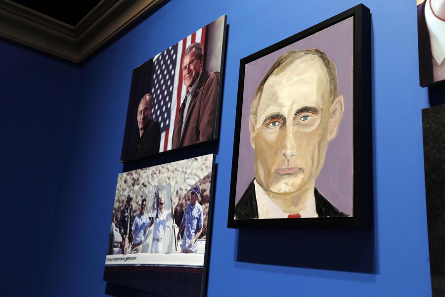 Джордж Буш-младший представил написанные им портреты мировых лидеров