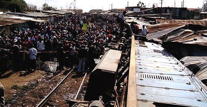 В Кении сошёл с рельсов поезд, люди заблокированы в вагонах