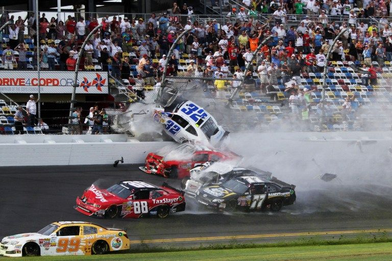 Этап гонок NASCAR во Флориде закончился трагедией: десятки зрителей ранены
