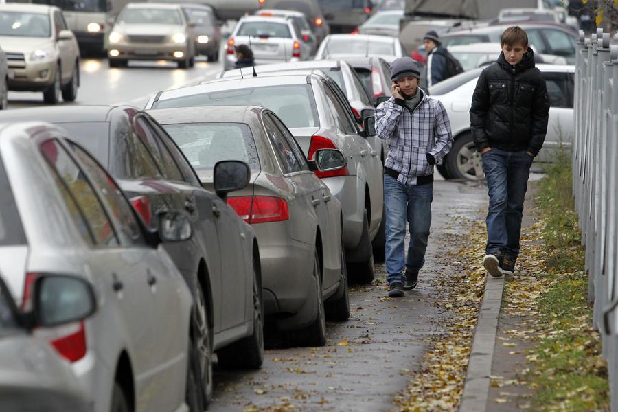 СМИ: Заезжающих на тротуары водителей могут на полгода лишить прав