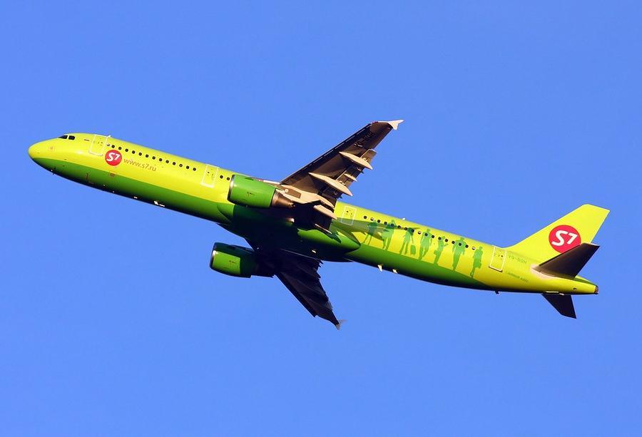 Пассажирский самолёт вернулся в «Домодедово» из-за возможного возгорания двигателя